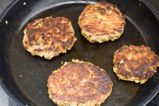 slik lager du veganburgere som holder sammen